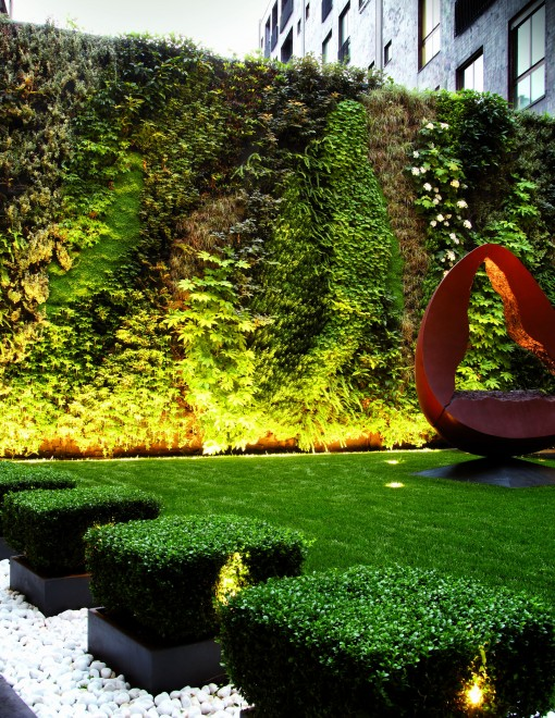 Un'immagine del giardino, con gli apparecchi per lampade fluorescenti T16 a fascio radente (Rivoli T16, di Artemide) e i piccoli proiettori a luce LED con lente da 10° (MiniSpot Garden, di Artemide) (cortesia: arch. Corbetta)
