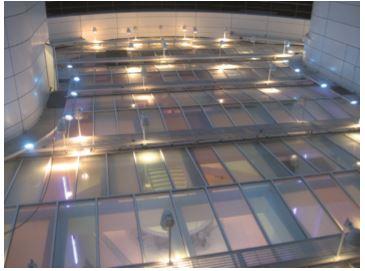 Figura 2 - L'installazione dei proiettori a luce diffusa sopra il tetto di vetro (courtesy: Agence Concepto)
