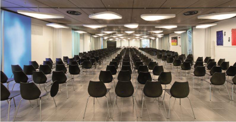 Le sale conferenze sono state caratterizzate dalla presenza dei Luminous Textile, pannelli luminosi a LED rivestiti di tessuto Kvadrat (cortesia: Philips Lighting)