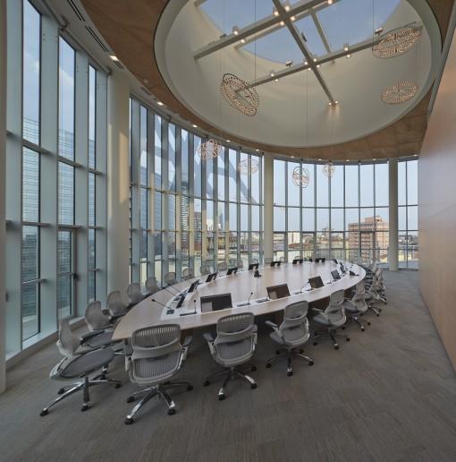 Axa Assicurazioni. Un'immagine della grande sala consiglio. Sono visibili gli apparecchi Copernico (design: Carlotta de Bevilacqua, per Artemide) (cortesia: Revalue)