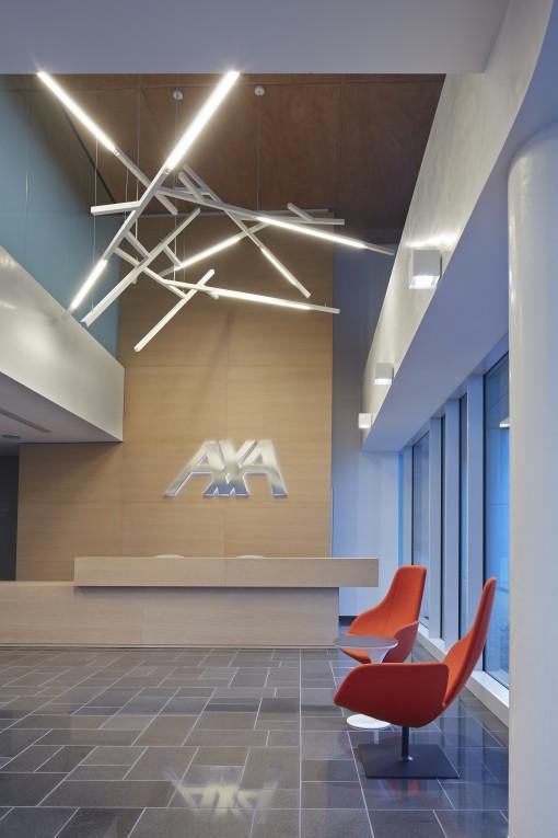 Axa Assicurazioni. La reception principale. L'illuminazione qui è realizzata con una serie di apparecchi Kao (Artemide) (cortesia: Revalue)