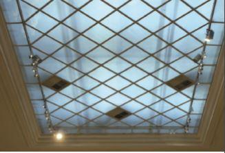 Dettaglio degli apparecchi per l'illuminazione generale e d'accento della sala (proiettori Stella, di Erco, con sorgente a ioduri metallici e proiettori Logotec LED, Erco) (Foto T. Maier – Cortesia: Erco)