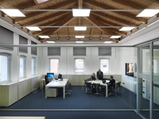 E' ancora la luce a caratterizzare con le sue geometrie il recupero degli spazi delle preesistenti architetture dei primi del '900