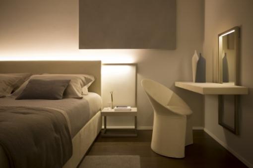 Master Bedroom. Elemento d'arredo dove specchiarsi, truccarsi, scrivere, leggere e navigare in rete, la toeletta ha il piano d'appoggio rivestito in pelle. Nel perimetro dello specchio sono inseriti i LED.