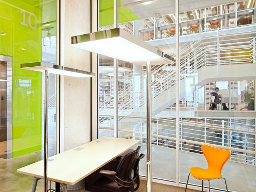 """Le soluzioni di illuminazione adottate per uno degli uffici (sistema """"Ufficio Aria LED"""")"""