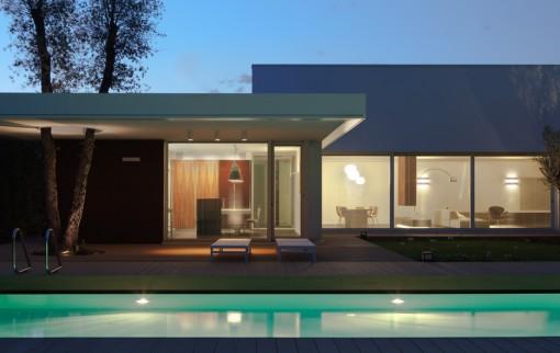 Villa L.A. Modern. e Particolare del prospetto con la cucina e il salone