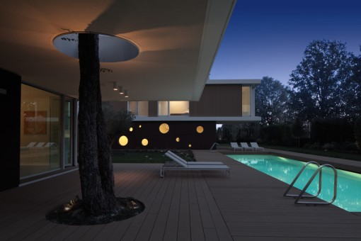 Villa L.A.Modern. Vista dal patio verso il giardino