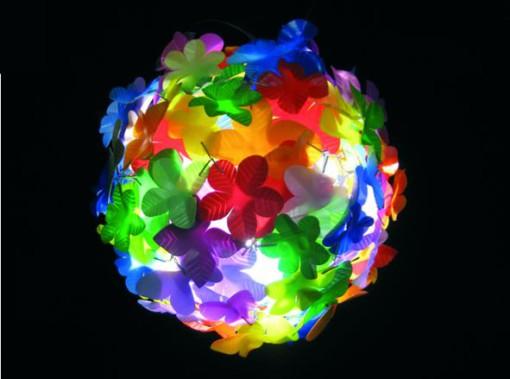 Fig. 4 – Lampada composta da fiori di plastica ricavati da flaconi per detersivo, di Heath Nash, 2004 (cortesia dell' autore)