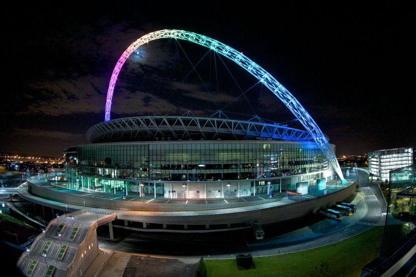 Londra, Wembley Stadium. L'illuminazione notturna del grande complesso sportivo. In evidenza, il grande arco illuminato che sovrasta l'impianto (cortesia: Thorn Lighting)