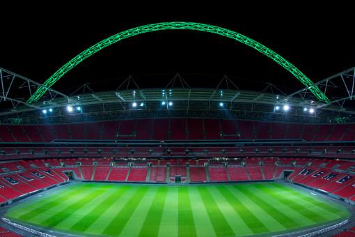 Un'altra immagine dell'illuminazione dell'impianto, con l'illuminazione dinamica colorata a luce LED del grande arco (cortesia: Thorn Lighting)