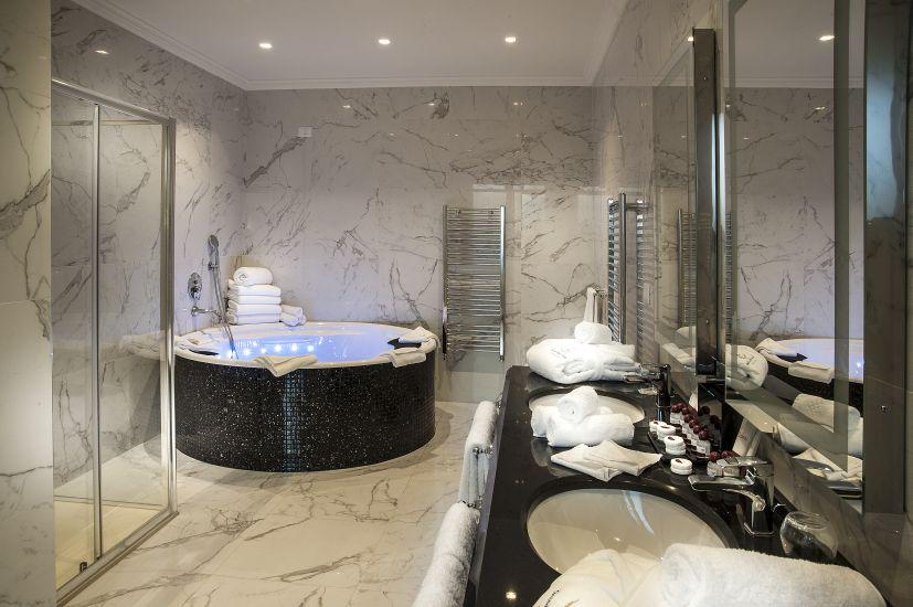 """Roma, Grand Hotel Ritz. La Suite presidenziale """"Verdi"""", con il dettaglio della sala da bagno (cortesia: Studio Ceccaroli)"""