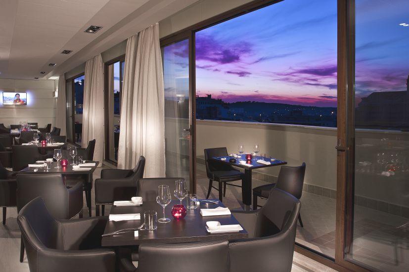 Roma, Grand Hotel Ritz. Un'immagine del piano attico, con la zona bar – ristorante (cortesia: Studio Ceccaroli)