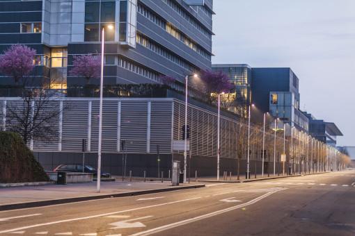 L'installazione dei nuovi apparecchi ITALO nel quartiere Bicocca nella zona dell'Università (cortesia: AEC Illuminazione - Photo by Marco Di Lauro/Getty Images Reportage)