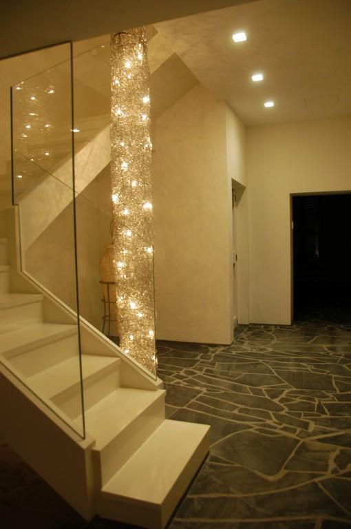 Vista dell'ingresso dell'appartamento, con gli incassi per sorgenti LED di tonalità calda (Tc = 3000 K) (Cortesia LEDisONE srl)