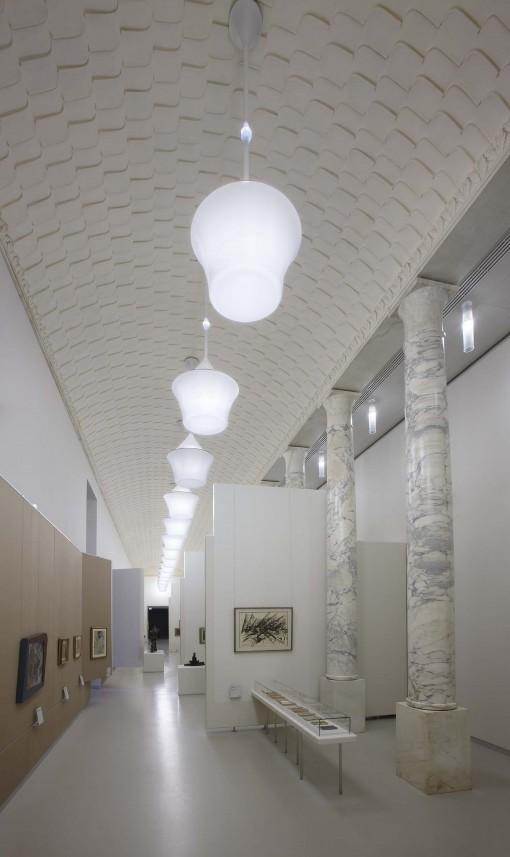 Milano, Museo del Novecento. Primo Piano. La Sala delle Colonne (in evidenza, la sospensione Lanterna di Artemide) (cortesia: Artemide)