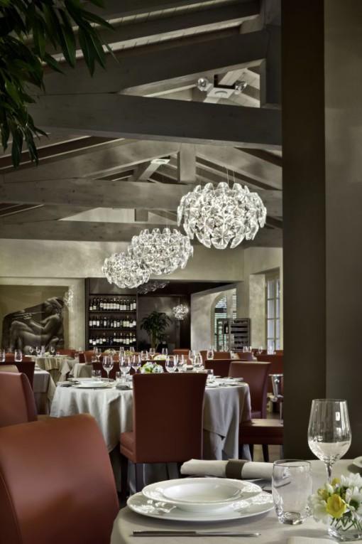 """La sala ristorante; sono visibili gli apparecchi """"Hope"""" di Luceplan (cortesia: Studio Urbano)"""