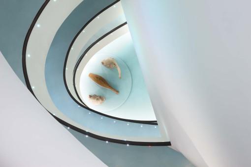 La spirale di salita dalla quale origina il percorso di visita. Nella rampa, sono installati una serie di incassi (MicroLED, di NordLight – Artemide Group), adattati nelle misure per permetterne l'incasso (cortesia: Artemide)