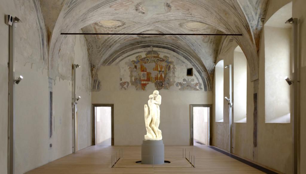 """Milano, Castello Sforzesco - Ex Ospedale Spagnolo. La sala con il nuovo allestimento espositivo per la """"Pietà Rondanini"""" di Michelangelo (cortesia: Artemide)"""