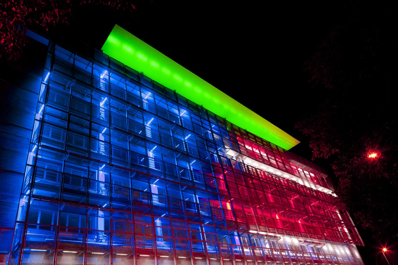 Illuminazione Facciate Hotel: Facciate led e illuminazione architettonica zum...