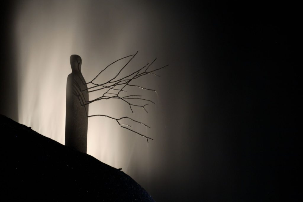 Solopaca, Acquedotto Alto Calore. Una suggestiva immagine notturna, con la scultura di Cerere, opera di Mimmo Paladino (cortesia: Cannata & Partners Lighting Design; foto: arch. Pasquale Palmieri)