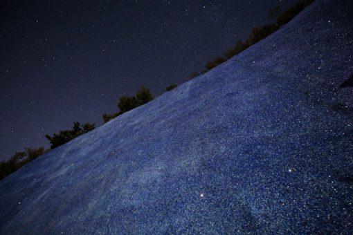 """Solopaca, Acquedotto Alto Calore. Il poetico effetto cromatico notturno della tintura blu utilizzata per """"cicatrizzare"""" lo scavo nella montagna (cortesia: Cannata & Partners Lighting Design; foto: arch. Pasquale Palmieri)"""