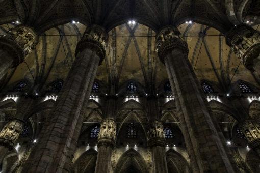 L'illuminazione delle volte della navata centrale, delle volte delle navate laterali e dei capitelli (cortesia: ERCO; courtesy photo: Dirk Vogel, Dortmund – Germania)