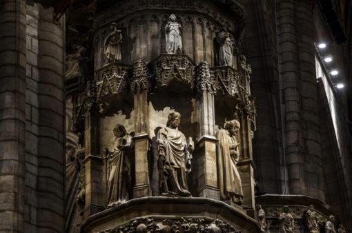 Dettaglio con l'illuminazione d'accento dei capitelli; in evidenza a destra, è possibile vedere il posizionamento di alcuni dei nuovi apparecchi (cortesia: ERCO; courtesy photo: Dirk Vogel, Dortmund – Germania)