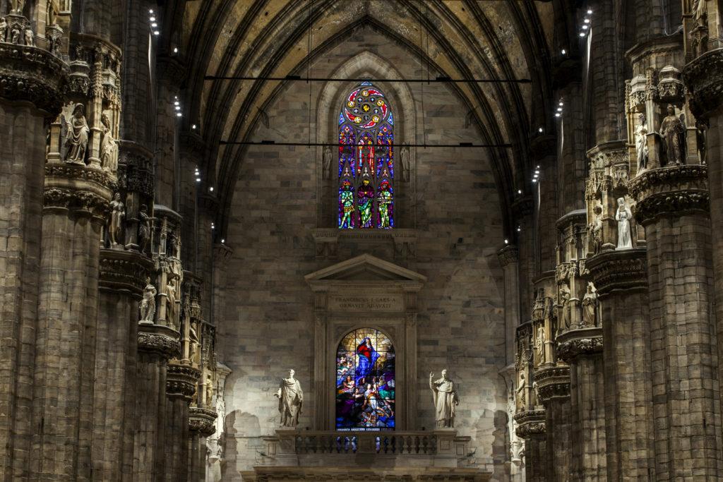 Particolare dell'illuminazione nella navata centrale nella zona della controfacciata; in evidenza l'equilibrio d'insieme e gli effetti d'accento sui capitelli (cortesia: ERCO; courtesy photo: Dirk Vogel, Dortmund – Germania)