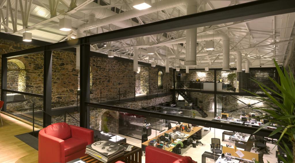 Istanbul, Agenzia DDB&CO. Uno dei grandi ambienti interni con gli uffici (cortesia: Studio Paola Urbano)