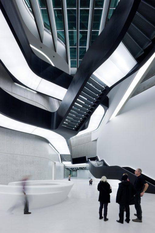 Roma, MAXXI. Un'immagine dell'atrio. In evidenza l'illuminazione continua fluorescente nell'intradosso delle scale dietro ai teli diffusori Barrisol (photo: Iwan Baan)