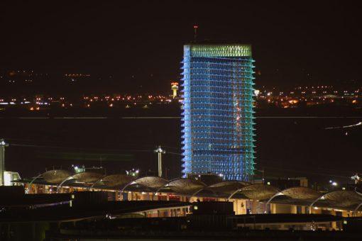 Torre de Agua, Zaragoza. Facciata est con la città nello sfondoe l'Expo in primo piano(cortesia: Artec3 Lighting Design Vision, Barcellona) (Foto: Miguel Daza)