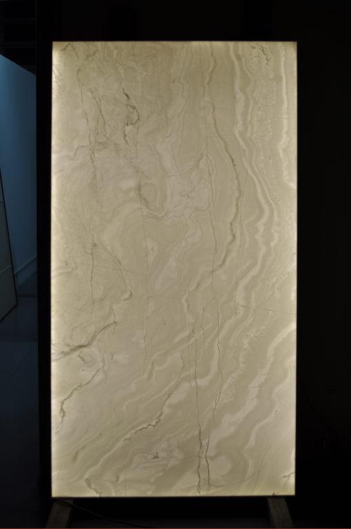 Installazione custom per uno Yacht. Le pareti in onice rinforzato retro illuminate creano un gioco cromatico mutevole e cangiante che avvolge tutto lo spazio interno (cortesia: Cantalupi Lighting)