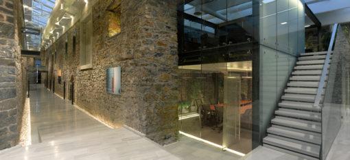 I corridoi nella zona hall. In primo piano uno dei volumi vetrati che racchiudono le sale riunioni (cortesia: Studio Paola Urbano)