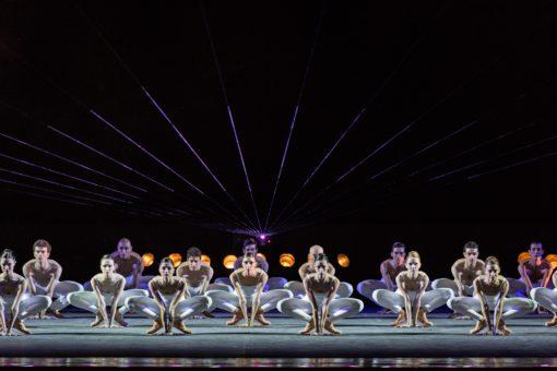 Terme di Caracalla, Pink Floyd Ballet. Sulla scena abbiamo un laser centrale a ventaglio sempre in controluce, con ETC di taglio in alto, mentre in alto abbiamo la presenza di proiettori motorizzati per luce di taglio con colore Congo Blue, una serie di ACL in controluce e dei PAR frontali colore Lee 068 (courtesy: ©Yasuko Kageyama - Teatro dell'Opera di Roma - Caracalla 2015)