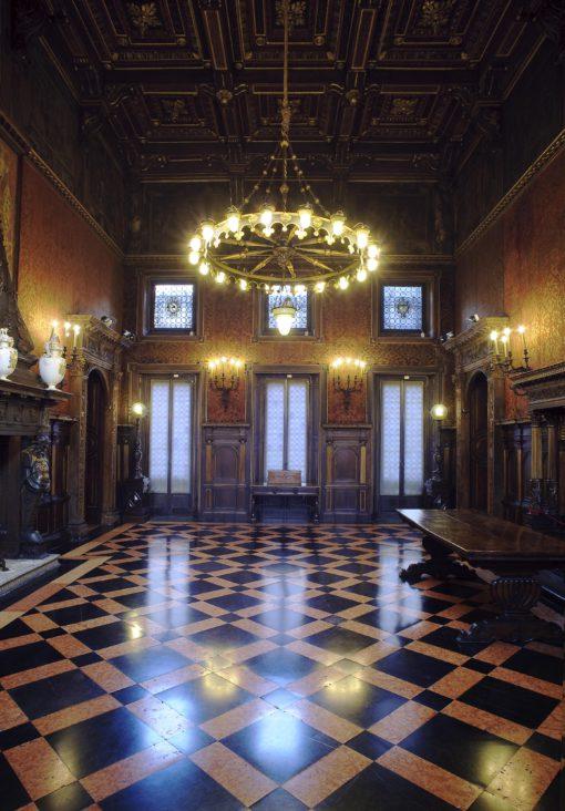 Il salone d'onore prima e dopo l'intervento sui lampadari e le applique originali (foto: Leo Torri)