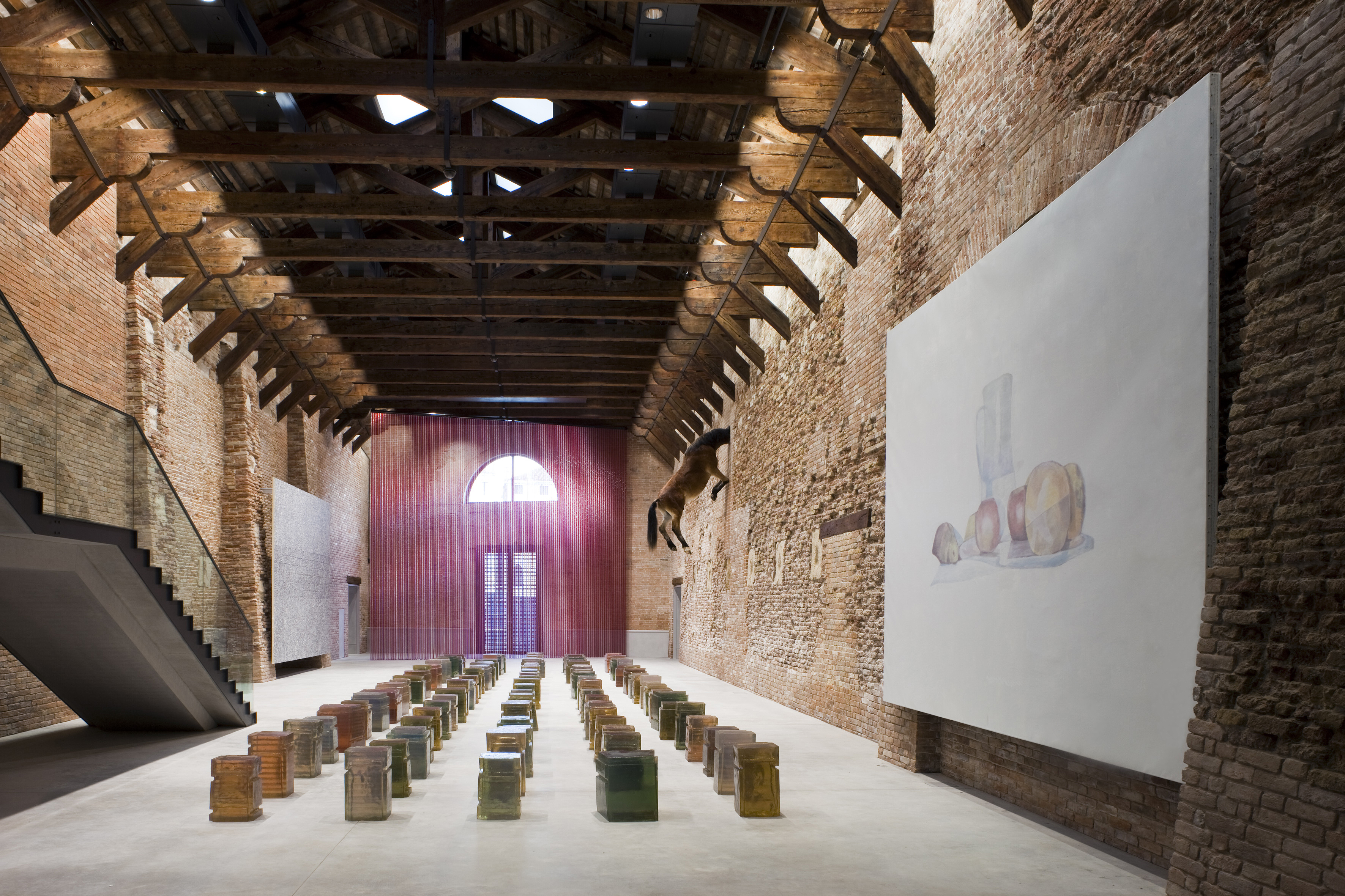 Punta della dogana un museo elettronico luce e design for Case del seminterrato di luce del giorno