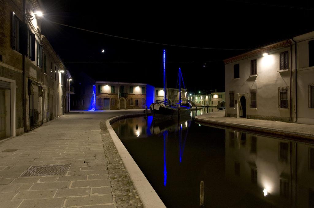 Comacchio, Canale Maggiore. Il nuovo impianto di illuminazione (foto: Maria Chiara Bonora)