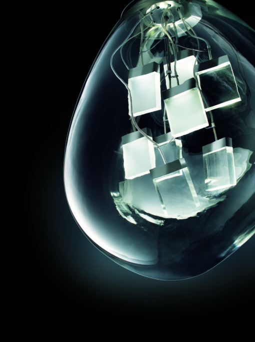 Spore è una lampada a sospensione per luce LED, disegnata per il brand MuranoDue di Firme di Vetro (2009) (cortesia: Iosa Ghini Associati)