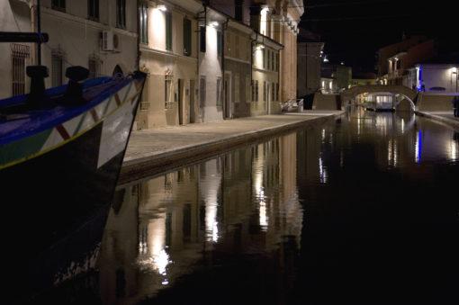 Comacchio, Canale Maggiore. Un'altra immagine con la nuova illuminazione dei prospetti delle case (foto: Maria Chiara Bonora)