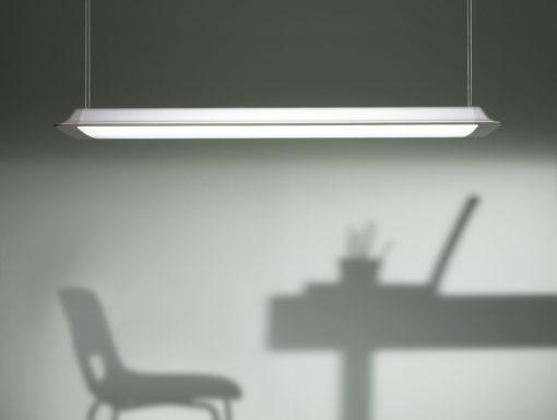 La sospensione tecnica Lens (2010), disegnata per iGuzzini Illuminazione, è un sistema per luce fluorescente ad alta efficienza con ottica microprismatica in metacrilato (cortesia: Iosa Ghini Associati)