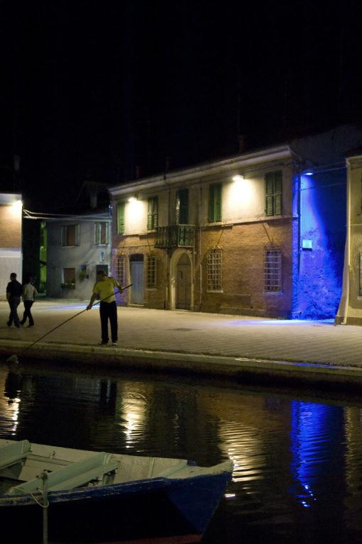 """Il blu della soluzione a luce LED per il sottogronda è un colore """"seducente, che fa sognare"""" e si integra con la notte senza risultare innaturale (foto: Maria Chiara Bonora)"""