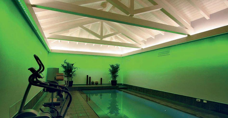 L'area della piscina. L'illuminazione LED a luce bianca valorizza la copertura dell'ambiente