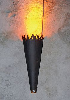 Particolare dell'apparecchio torcia custom made in acciaio corten con all'interno lo spot a luce LED a luce ambra per l'illuminazione degli ingressi del Borgo (cortesia: Alberto Ricci Petitoni, Foto: Matteo Marchi)