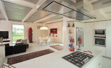 L'articolazione dello spazio open space al piano terra, con la zona cucina e quella living (cortesia: A&EFFE Studio Architettura)