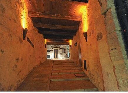 Montegiardino. Veduta di uno dei tre porticati di accesso al Borgo (cortesia: Alberto Ricci Petitoni, Foto: Matteo Marchi