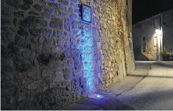 Montegiardino. Vista dell'illuminazione con le lanterne a luce LED dei vicoli pedonali del Borgo (cortesia: Alberto Ricci Petitoni, Foto: Matteo Marchi)