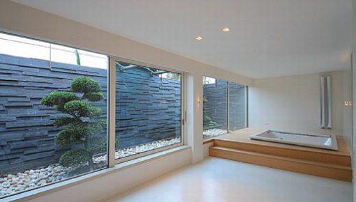 L'ambiente della SPA. Sono visibili alle pareti i piccoli apparecchi (Glim Cube 2 x 1 W LED, di iGuzzini Illuminazione) che permettono l'illuminazione di fondo dell'ambiente (cortesia: A&EFFE Studio Architettura)