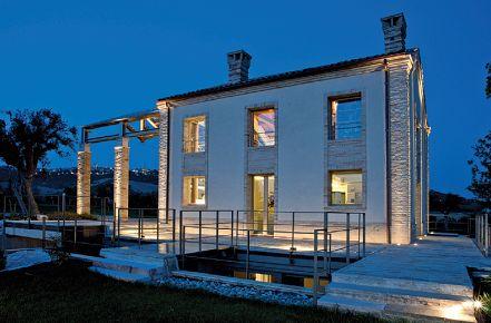 Un'altra immagine della casa. In primo piano è visibile l'accesso al piano interrato (cortesia: A&EFFE Studio Architettura)