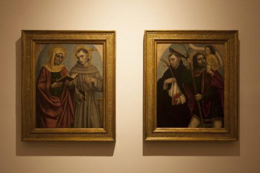 """Sala 2. Ambrogio da Fossano, detto il Bergognone – """"SS. Elisabetta e Francesco"""" e a destra, SS. Pietro Martire e Cristoforo"""". Le due immagini mostrano l'allestimento preesistente (a) e quello reso possibile con la nuova illuminazione (b) (courtesy photo: (a) Barbara Bonomelli (b)) Simoa Monfrinotti)"""