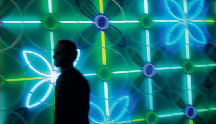 Astrid Krogh, Polytics - installazione realizzata per il Parlamento Danese, 2003 - pannello murale con luce al neon (256 tubi al neon articolati secondo dieci differenti pattern, che cambiano secondo combinazioni differenti con il colore della luce, ogni 45 secondi) (courtesy: Astrid Krogh)